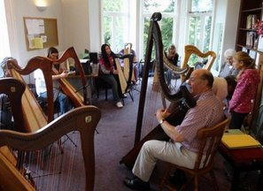 Robin Huw Bowen with his triple harp and a beginners' class